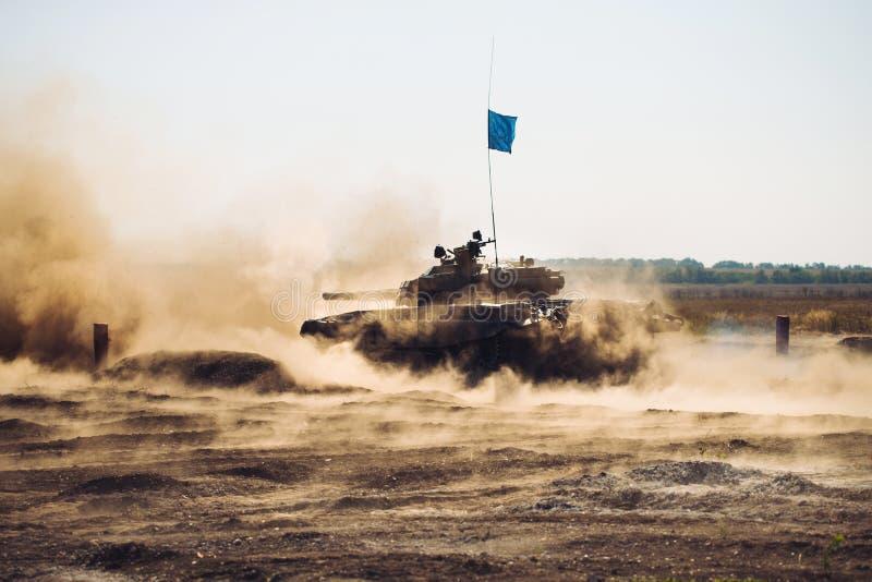 Gepantserde Tankritten op off-road Tankoefeningen in het platteland stock foto's