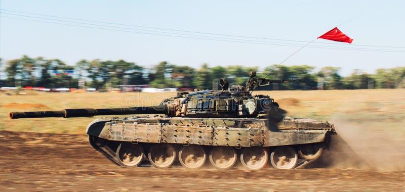 Gepantserde Tankritten op off-road Tankoefeningen in het platteland royalty-vrije stock fotografie