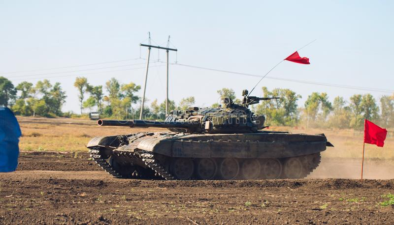 Gepantserde Tankritten op off-road Tankoefeningen in het platteland royalty-vrije stock afbeelding