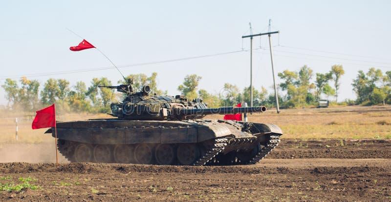 Gepantserde Tankritten op off-road Tankoefeningen in het platteland stock foto