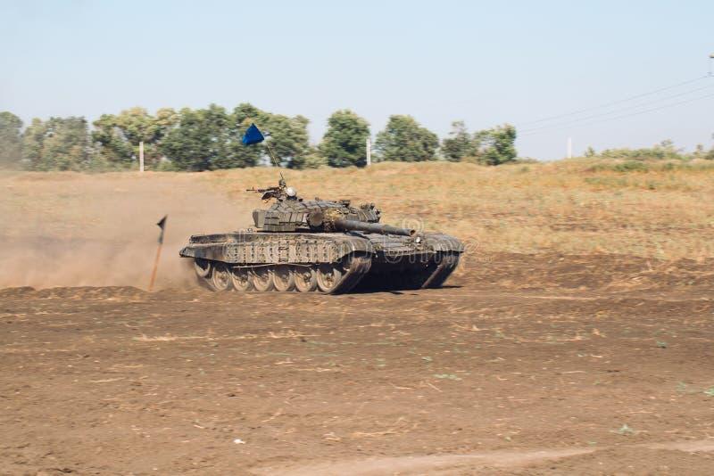 Gepantserde Tankritten op off-road Tankoefeningen in het platteland royalty-vrije stock foto