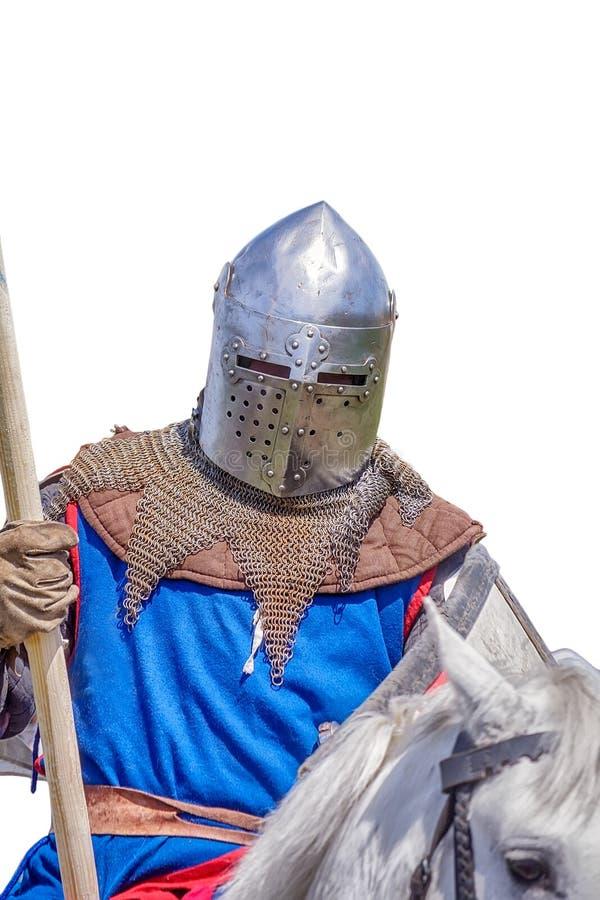Gepanzerter Ritter auf weißer Warhorsenahaufnahme lizenzfreie stockfotos