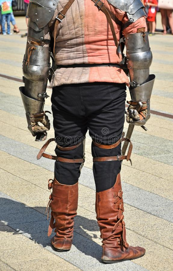 Gepanzerter Ritter mit einer Klinge bereit zu kämpfen lizenzfreie stockbilder