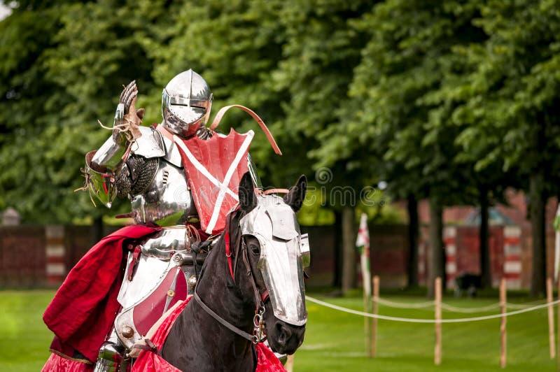 Gepanzerter Ritter zu Pferd entsprochen für Kampf lizenzfreie stockfotos