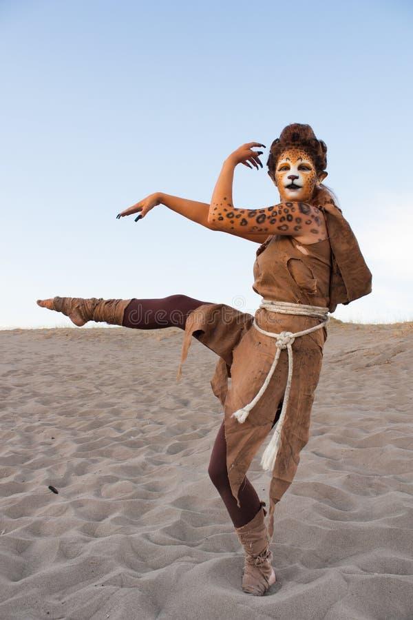 Gepard kobieta tanczy w pustyni fotografia stock