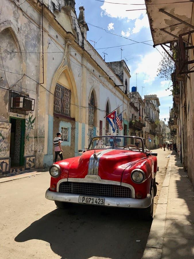Geparkeerde Amerikaanse auto in Havana Vieja - Oud Havana stock foto