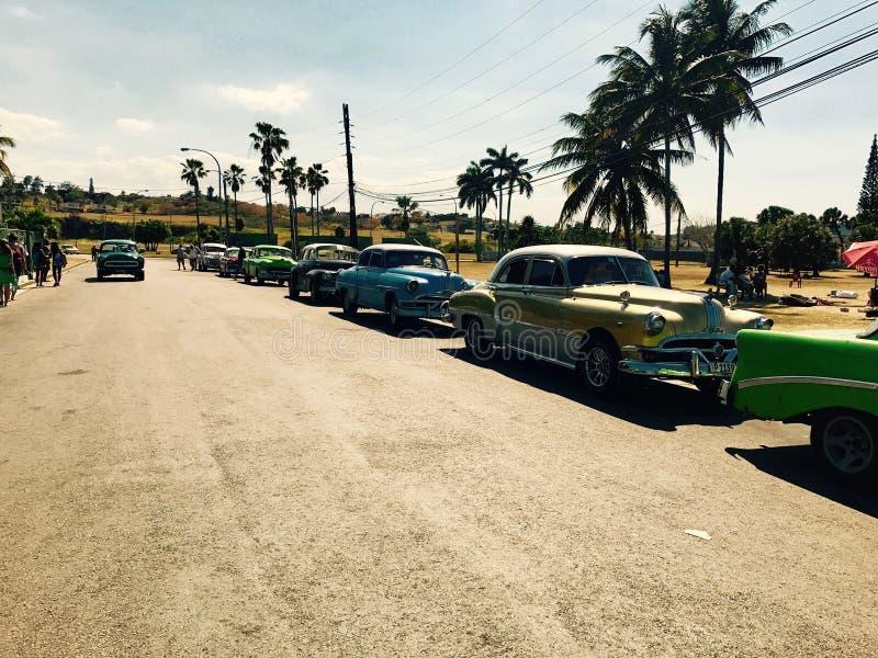 Geparkeerde Amerikaanse auto's in Bacuranao-strand - Havana stock afbeelding