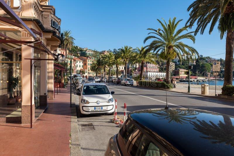 Geparkeerde auto's langs de straat dichtbij de kustlijn van Middellandse Zee royalty-vrije stock afbeeldingen