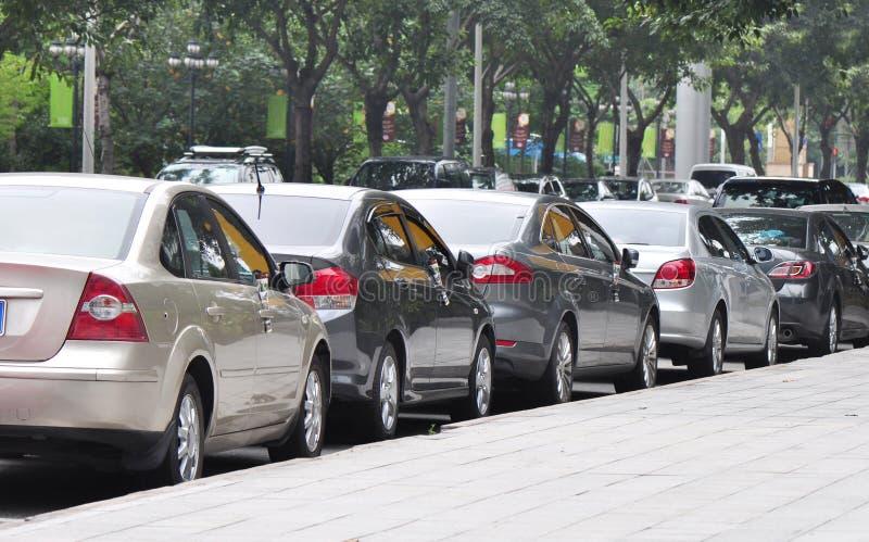 Geparkeerde auto's naast de straat royalty-vrije stock foto