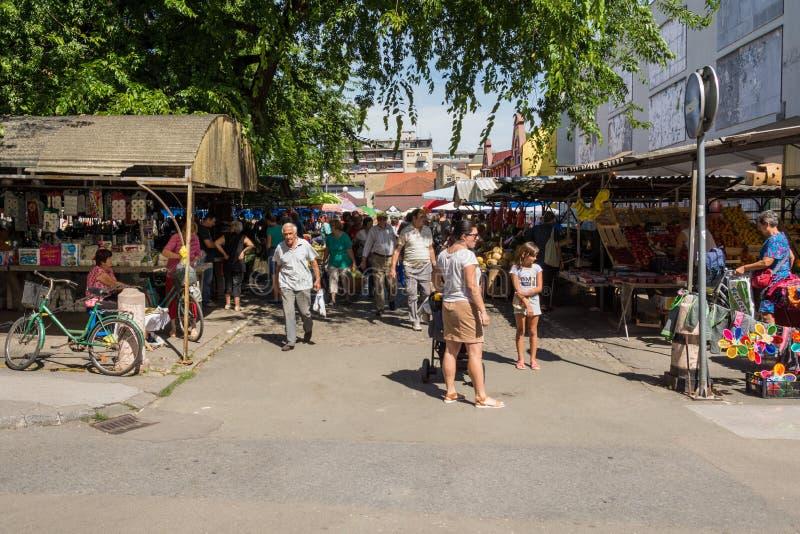Geparkeerde fietsen in het centrum van Sombor stock fotografie