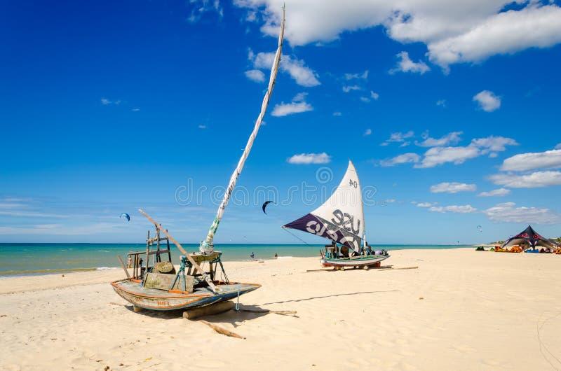 Geparkeerde jangadaboot over een paradijsstrand stock afbeeldingen