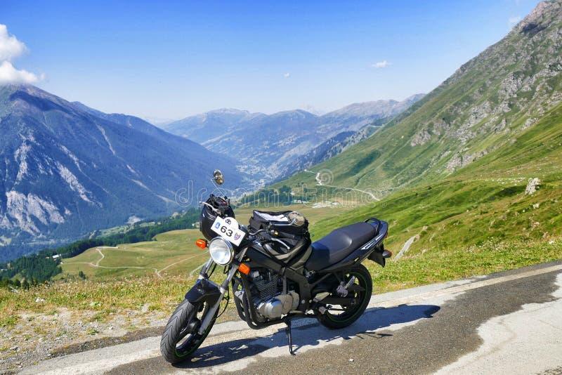 Geparkeerde motor op panoramische bergmening stock foto's