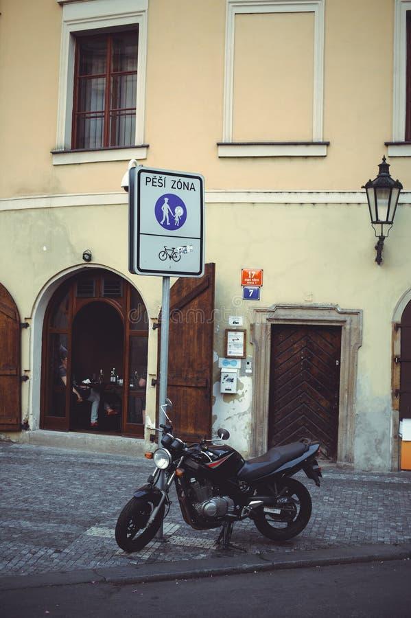 Geparkeerde motorfiets in de straat van Praag, bezet parkeren royalty-vrije stock afbeelding