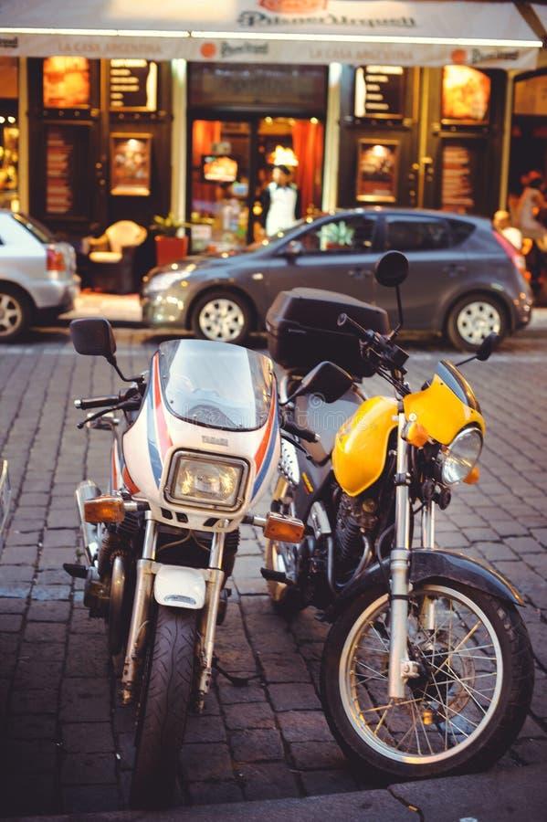 Geparkeerde motorfiets in de straat van Praag, bezet parkeren stock foto