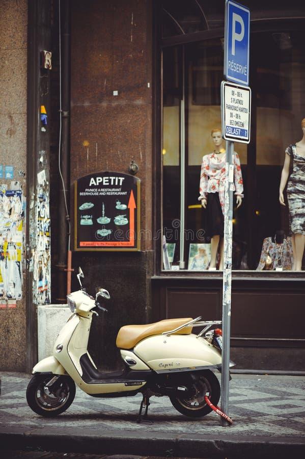 Geparkeerde scooter op de straat in Praag, het parkeren stock foto's