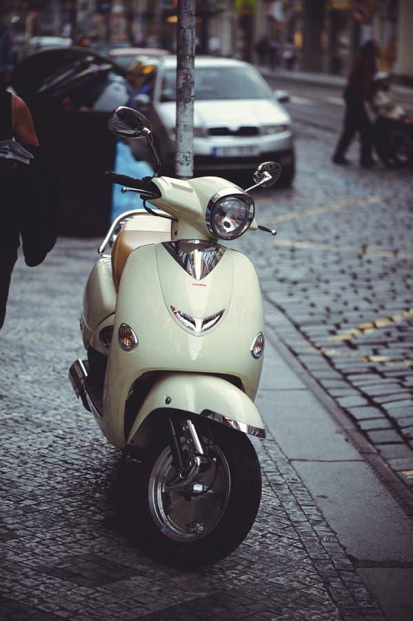 Geparkeerde scooter op de straat in Praag, het parkeren stock afbeelding