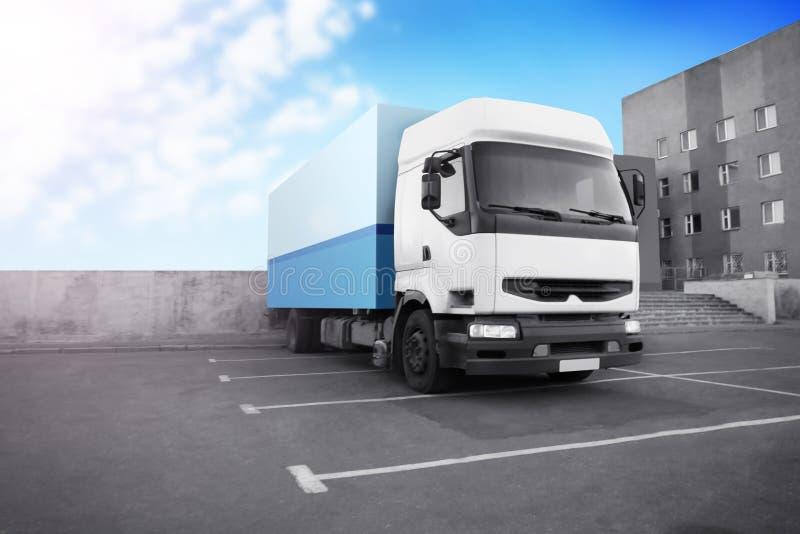 Geparkeerde vrachtwagen op straat royalty-vrije stock foto's