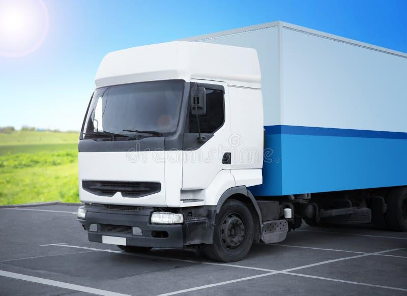 Geparkeerde vrachtwagen op straat royalty-vrije stock afbeeldingen