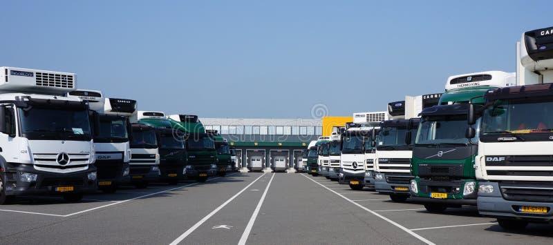 Geparkeerde vrachtwagens voor distributiecentrum stock foto's
