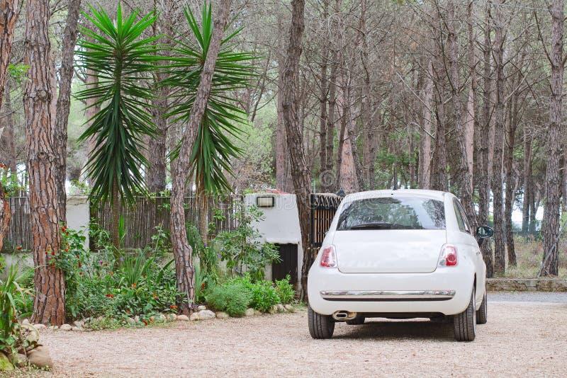 Download Geparkeerde witte auto stock foto. Afbeelding bestaande uit outdoors - 39118544