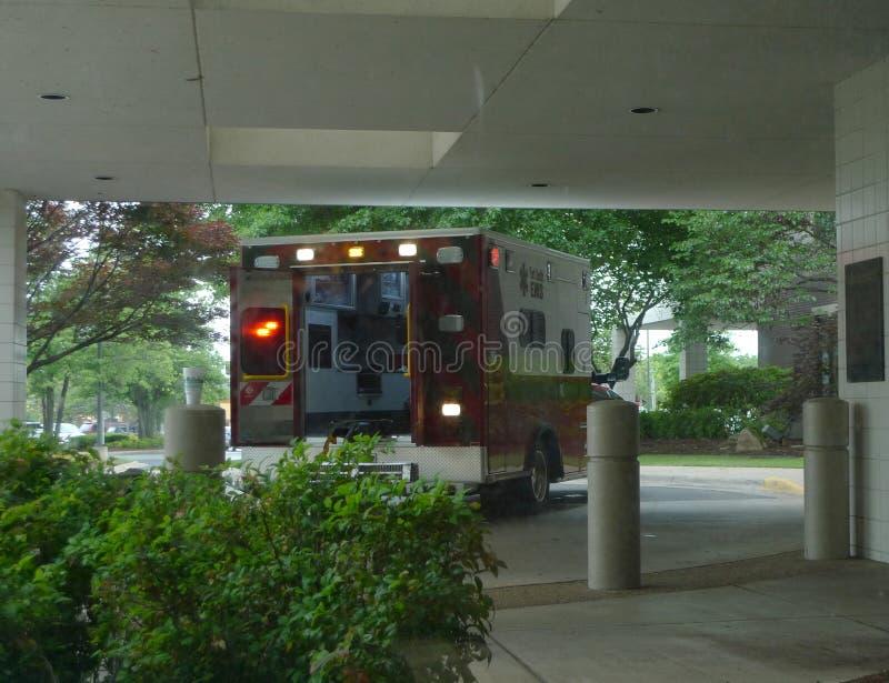 Geparkeerde ziekenwagen met lichten, het wachten royalty-vrije stock fotografie