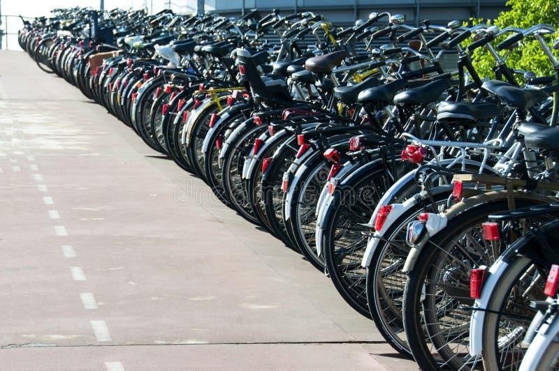 Geparkte Fahrräder in Amsterdam lizenzfreie stockfotografie