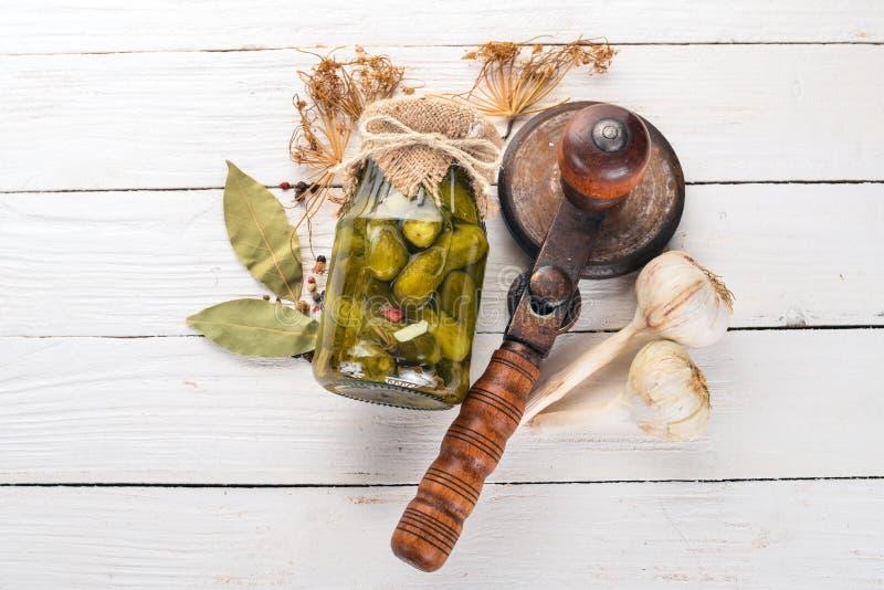 Gepekte komkommers in een pot Voorraden levensmiddelen royalty-vrije stock fotografie