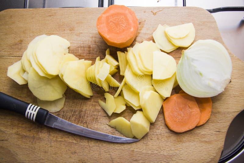 Gepelde aardappel op een scherpe raad royalty-vrije stock foto's