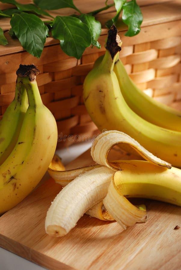 Gepelde banaan op de lijst royalty-vrije stock afbeelding