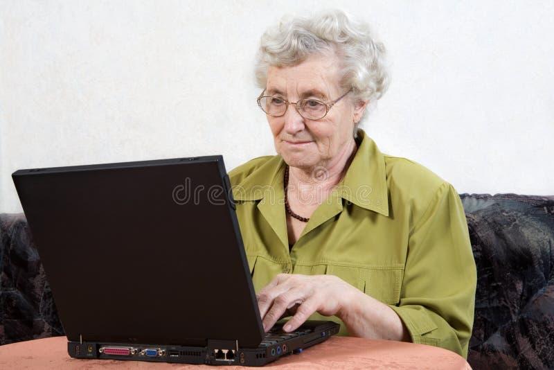 Gepensioneerde met laptop royalty-vrije stock foto