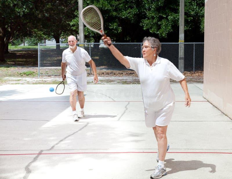 Gepensioneerden die Racketball spelen stock foto's
