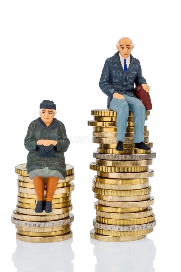 Gepensioneerden en gepensioneerde op geldstapel stock afbeelding