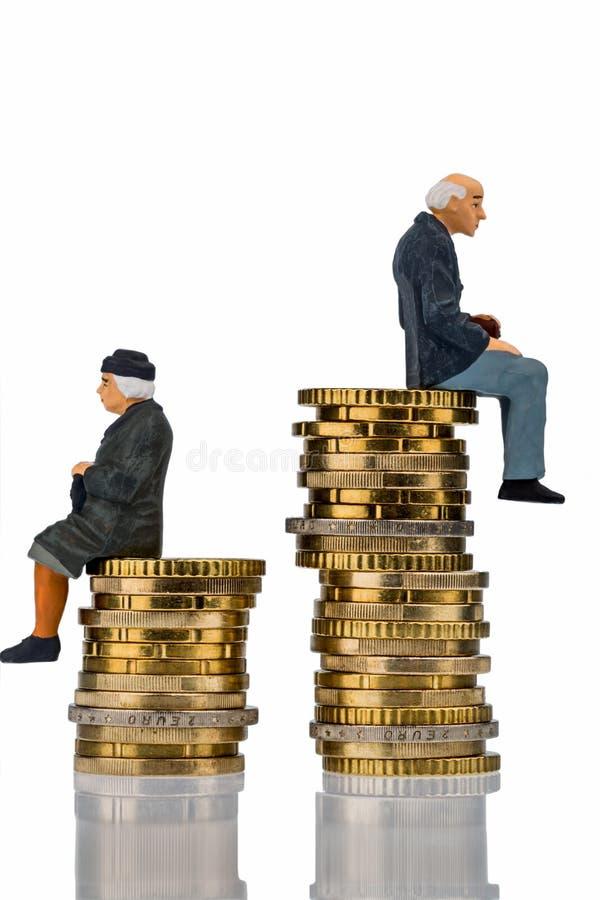 Gepensioneerden en gepensioneerdezitting op stapel van geld stock afbeeldingen