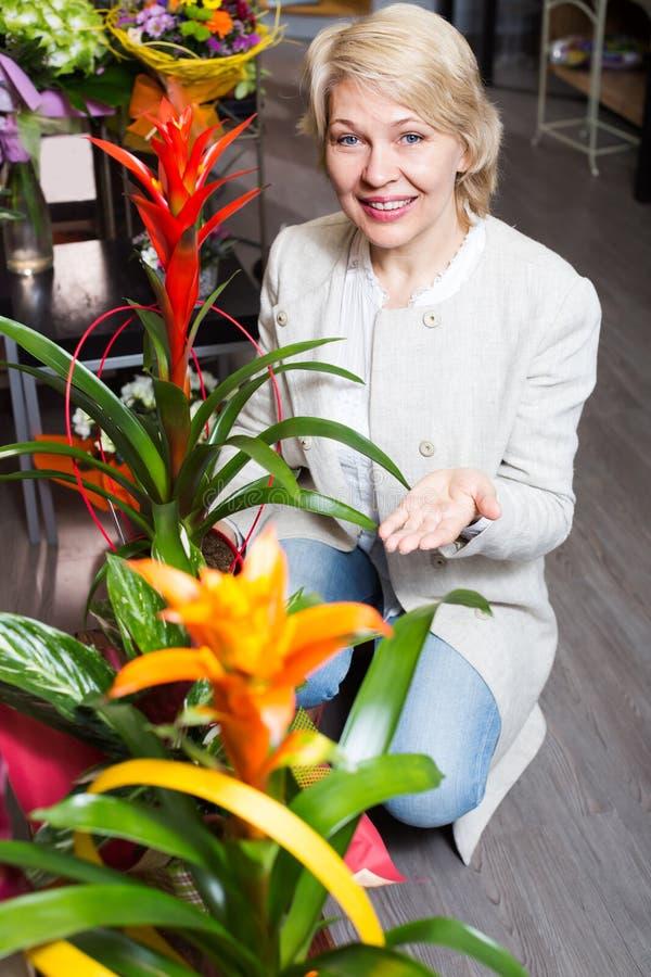 Gepensioneerden vrouwelijke klant die bloemen kiezen royalty-vrije stock afbeelding