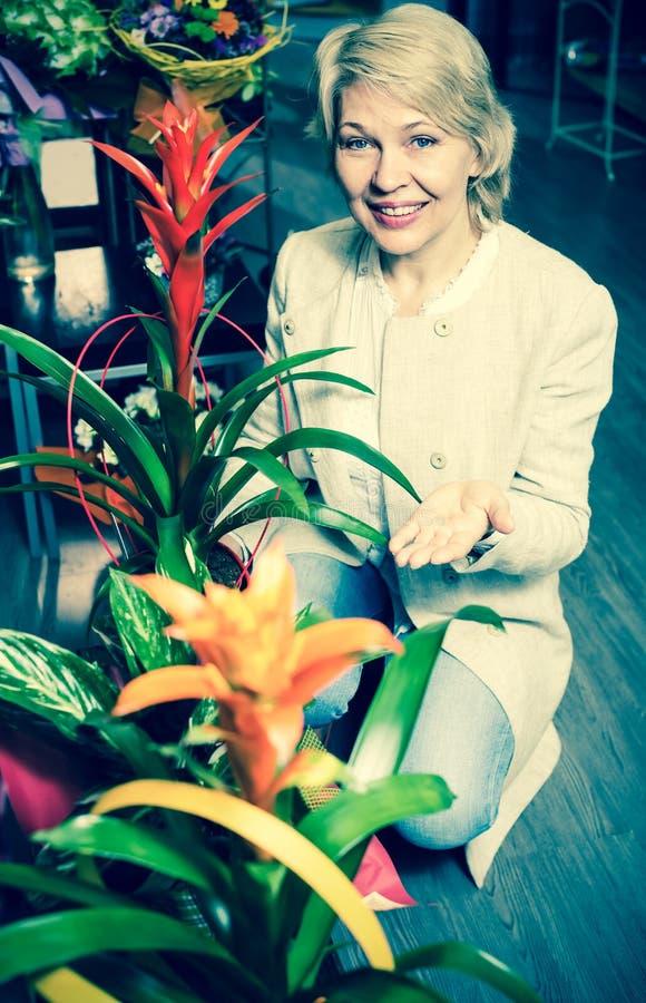 Gepensioneerden vrouwelijke klant die bloemen kiezen stock foto's
