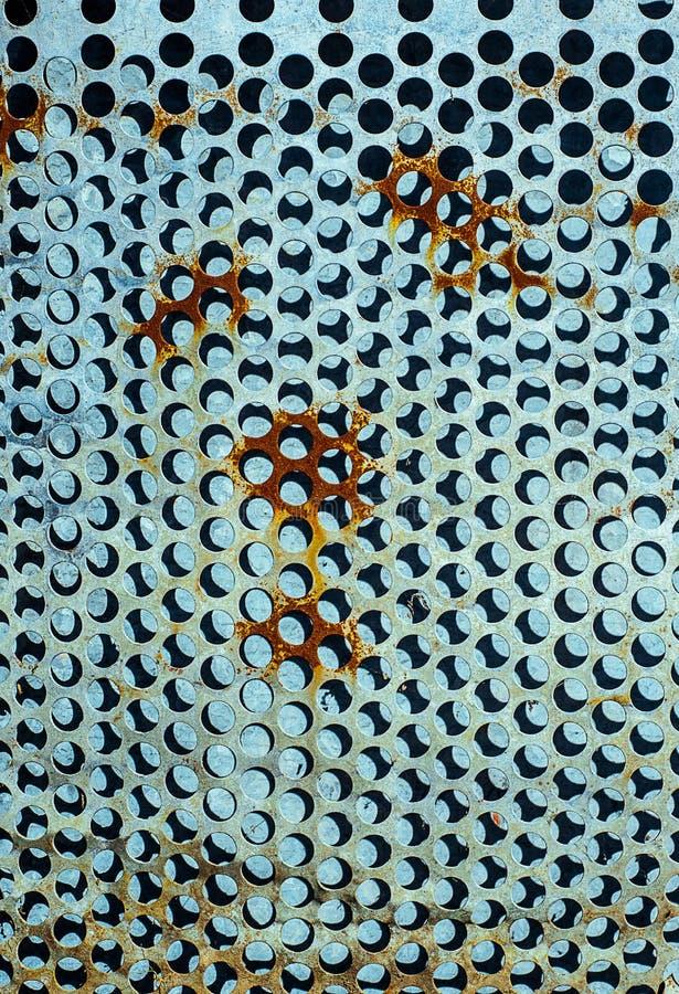 Geperforeerd door grote gaten, aluminiumblad van metaaltextuur met vuile en roestige oppervlakte royalty-vrije stock foto's