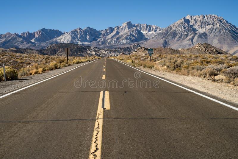 Gepflasterte Straße bis zu Hügel Ost-Sierra Nevada -Bergen stockfotos