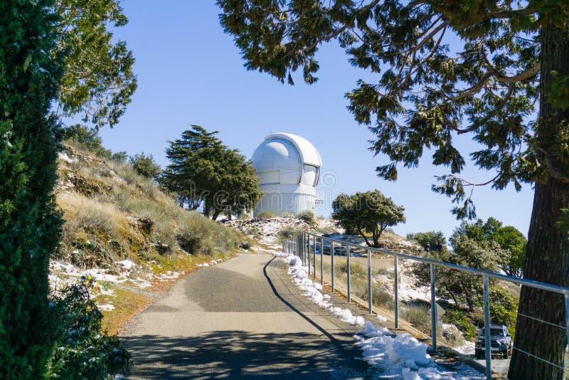 Gepflasterter Weg, der zu das automatisierte Planeten-Sucher-Teleskop APF, Teil des Lick Observatoriumkomplexes führt lizenzfreie stockbilder