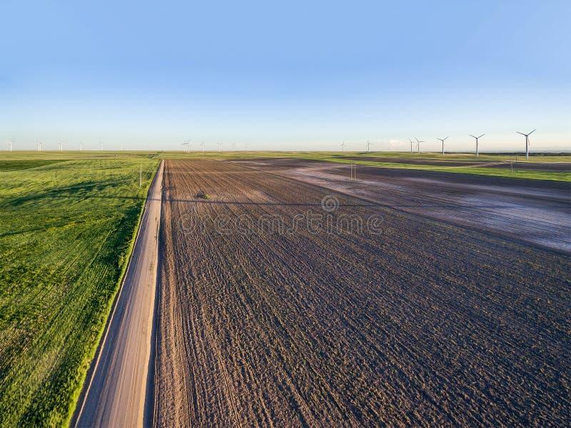 Gepflogener Feld- und Windmühlenbauernhof lizenzfreie stockbilder