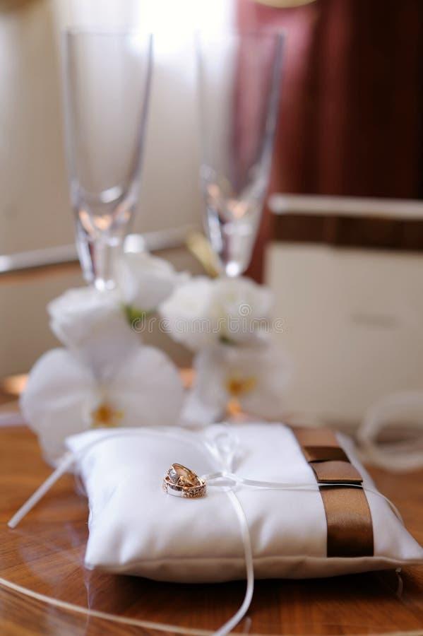 Geplaatste de symbolen van het huwelijk stock fotografie