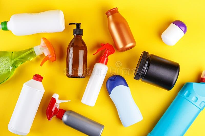 Geplaatste huis schoonmakende producten stock foto