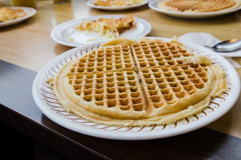 Geplateerde mening van het ontbijtvoedsel van de bosbessenwafel op een diner lijst klaar te eten stock foto