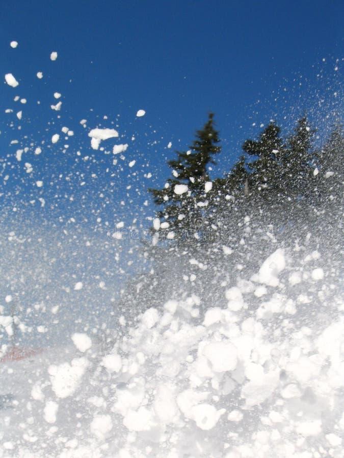 geploeterde sneeuw en blauwe hemel, skitijd stock afbeeldingen