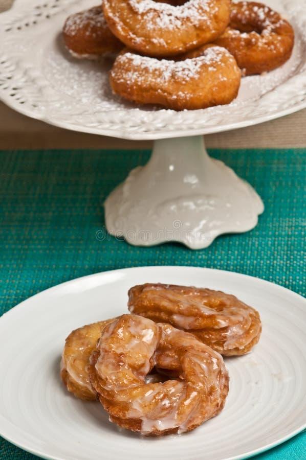 Gepoederde verglaasde suiker en vanille donuts royalty-vrije stock afbeeldingen