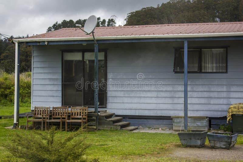 Geprefabriceerd huis met buiten stoelen stock afbeelding