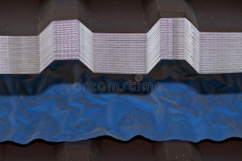 Geprofileerd gegalvaniseerd blad met polymeerdeklaag in pakken in het pakhuis van metaalproducten stock fotografie