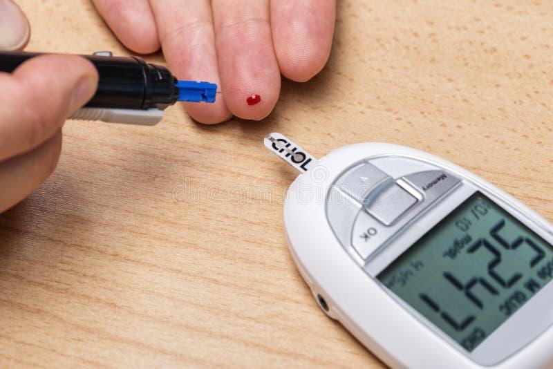 Gerät für das Messen des Cholesterins und des Insulins und des Reißpflugs blut lizenzfreies stockbild