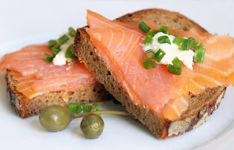 Geräucherte Lachs-Sandwich lizenzfreie stockfotografie