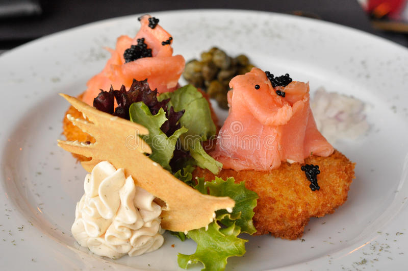 Geräucherte Lachse mit Kaviar lizenzfreies stockbild