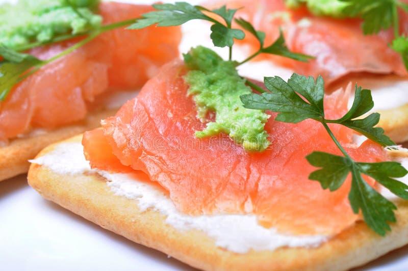 Geräucherte Lachse mit wasabi auf Cracker lizenzfreie stockbilder